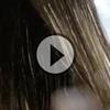 Elle étale sa couleur sur une brosse, puis brosse les cheveux de sa cliente. Le résultat est hallucinant !