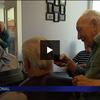 VIDEO - Le coiffeur de 93 ans retrouve son salon... Emouvant !