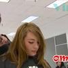 Elle lui peigne les cheveux... avant de découvrir CECI !!!