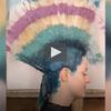 Cette coiffeuse utilise une technique incroyable pour colorer les cheveux !