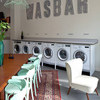 Un salon de coiffure dans une laverie automatique