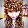 Cette jeune femme crée des coiffure avec des insectes