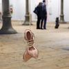 Cette artiste crée des chaussures à talon à base de cuir chevelu