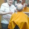 A 82 ans, ce coiffeur prouve que l'amour de son métier est plus fort que tout... Respect !
