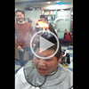 Ce coiffeur met le feu aux cheveux de son client, mais tout ne se passe pas comme prévu...