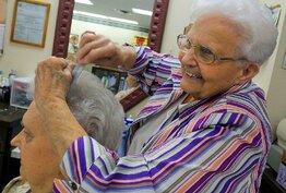 A 82 ans, elle continue à coiffer ses clients tous les jours !