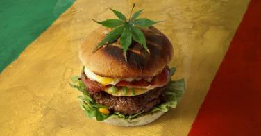 Elle sert un burger au cannabis à ses clients...