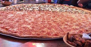 Des pizzas de 1 mètre de diamètre servies chez Big Lou's Pizza - vidéo