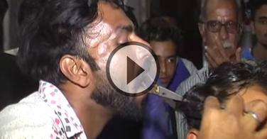 Ce coiffeur perd l'usage de ses mains. Il coiffe maintenant avec ses ciseaux tenus en bouche !