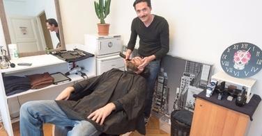 Il installe son fauteuil de barbier dans un magasin de vente de vinyles !