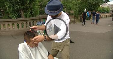 Strasbourg : ce coiffeur coiffe gratuitement les SDF dans la rue !