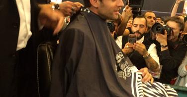 Emmanuel Macron vient se faire tailler la barbe sur le Mondial Coiffure Beauté