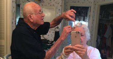 Ce grand père coiffe sa femme suite à une opération du bras... Juste trop mignon !