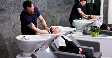 Après être passé à 2 doigts de la mort suite à un passage chez le coiffeur, ce client gagne 110 000 euros !