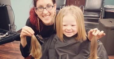 Cette petite fille de 3 ans donne ses cheveux pour les enfants atteints du cancer