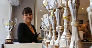 La championne du monde de coiffure ouvre son premier salon