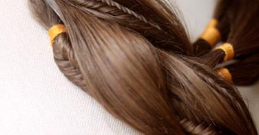Emouvant ! Elle crée des bijoux avec des cheveux, mais pas n'importe lesquels !