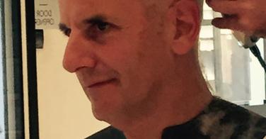 Bernard de La Villardière change drastiquement de coupe de cheveux !