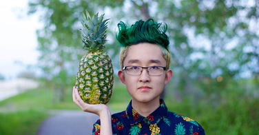 Ce jeune homme perd un pari. Maintenant, il doit se coiffer comme un ananas !