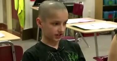 Harcelé à cause de sa coupe de cheveux, la réaction de sa maîtresse est juste géniale !