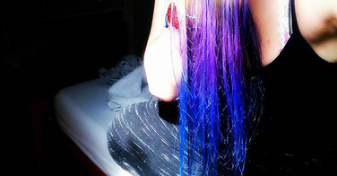 Color Run : les participants gardent les cheveux multicolores à cause de la poudre colorée qui ne se lave pas !