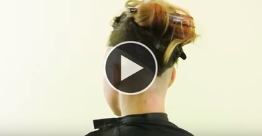 """Scandaleux : ce """"coiffeur"""" massacre ses modèles... et fait payer pour les tutos vidéo !"""