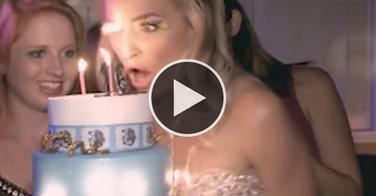 Vidéo incroyable - son faux-cil s'enflamme alors qu'elle souffle les bougies de son gâteau d'anniversaire !