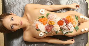 Manger des sushis sur une femme nue (interdit -18 ans)