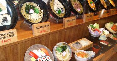 Plats en vitrine des restaurants japonais